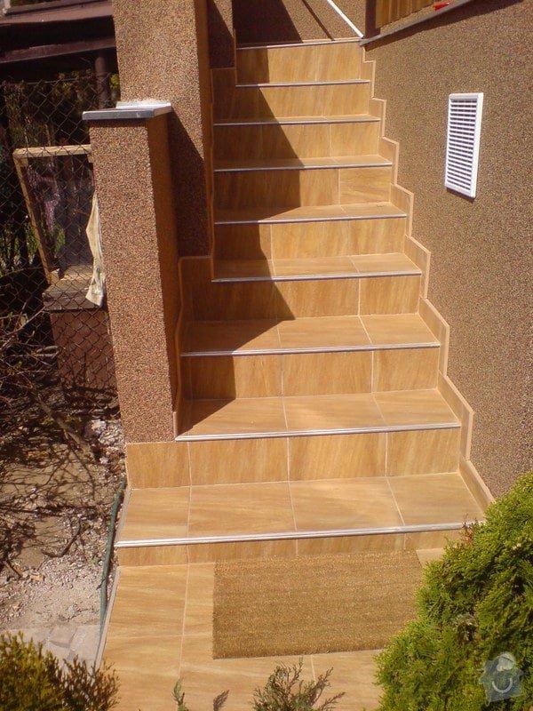 Oprava fasády domu, položení dlažby, marmolit, štukování: DSC01504