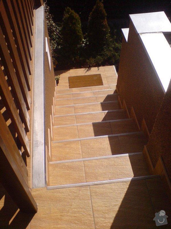 Oprava fasády domu, položení dlažby, marmolit, štukování: DSC01506