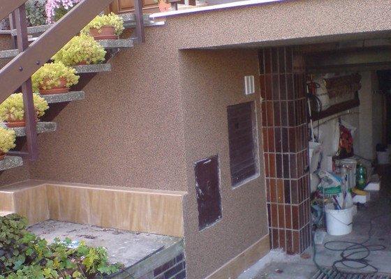 Oprava fasády domu, položení dlažby, marmolit, štukování