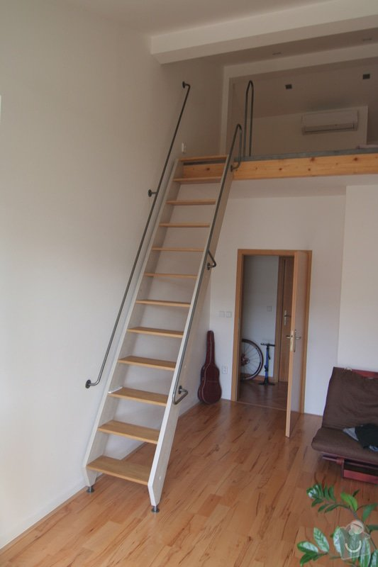 Dřevěné schody na podestu: nove_schody