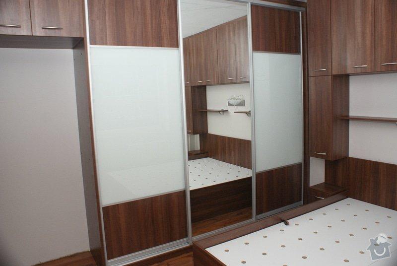 Ložnice-vestavěná skříň, postel s úložným prostorem, nástavcová stěna: DSC06774