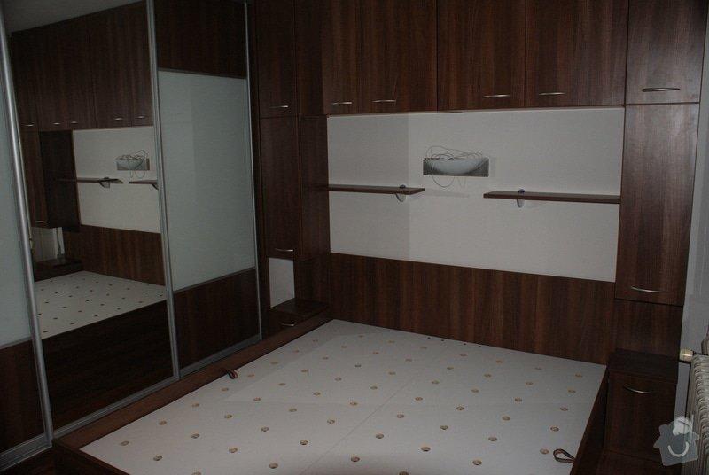 Ložnice-vestavěná skříň, postel s úložným prostorem, nástavcová stěna: DSC06781