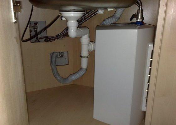 Instalace průtokového ohřívače pod dřez v kuch. lince
