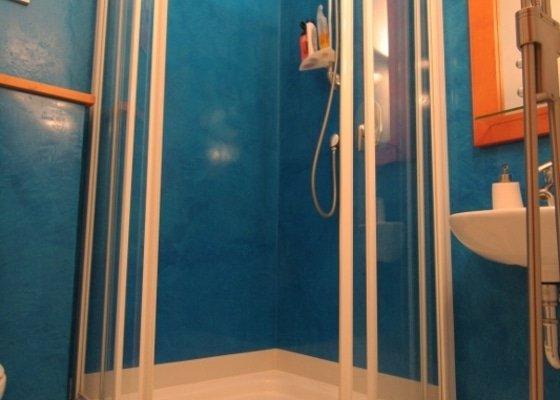 Benátský štuk ve sprchovém koutě místo obkladů