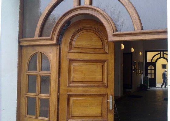 Výroba nábytku do kanceláří a renovace dveří
