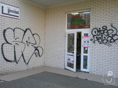 Odstranění graffiti na fasádě s použitím ochranného nátěru: PB300290