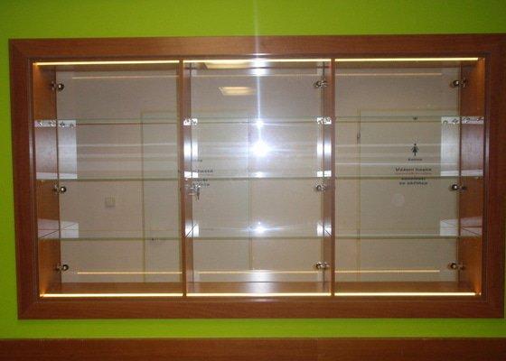 Skleněná vitrína s leddiodovým osvětlením