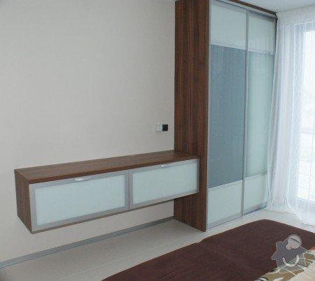 Nábytek do rodinného domu: Delici_posuvne_dvere_se_zavesnou_komodou