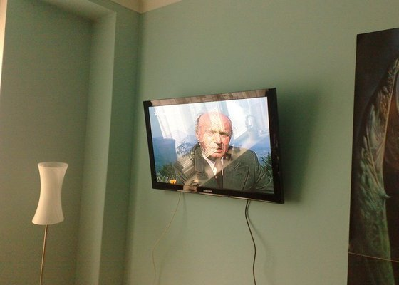Montáž LCD televize na stěnu v ložnici