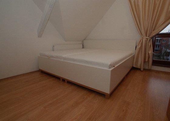 Ložnice-postel, skříně a komoda