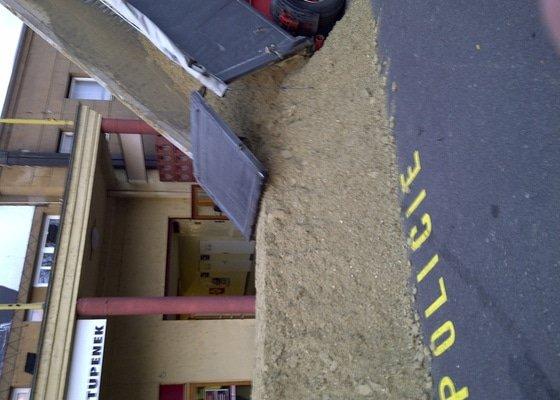 Úprava terénu pro koně v Tesla aréně Holešovice