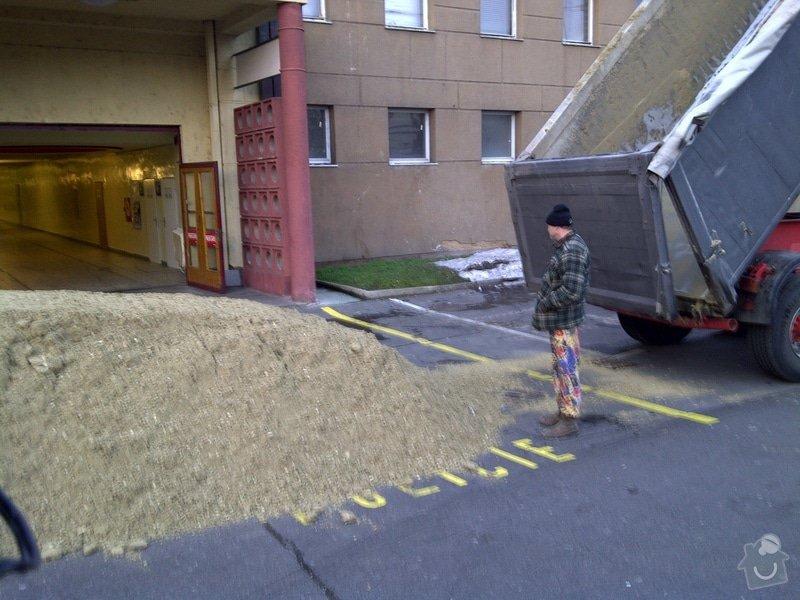 Úprava terénu pro koně v Tesla aréně Holešovice: IMG-20101125-00062