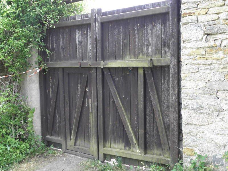 Natěračské práce vrat (dřevo, kov) 3 ks cca 4x3,6 m: P6220006