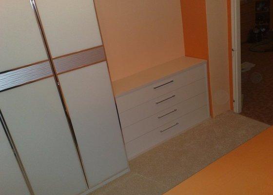 Montáž skříně vnitřními úpravami a montáž komody