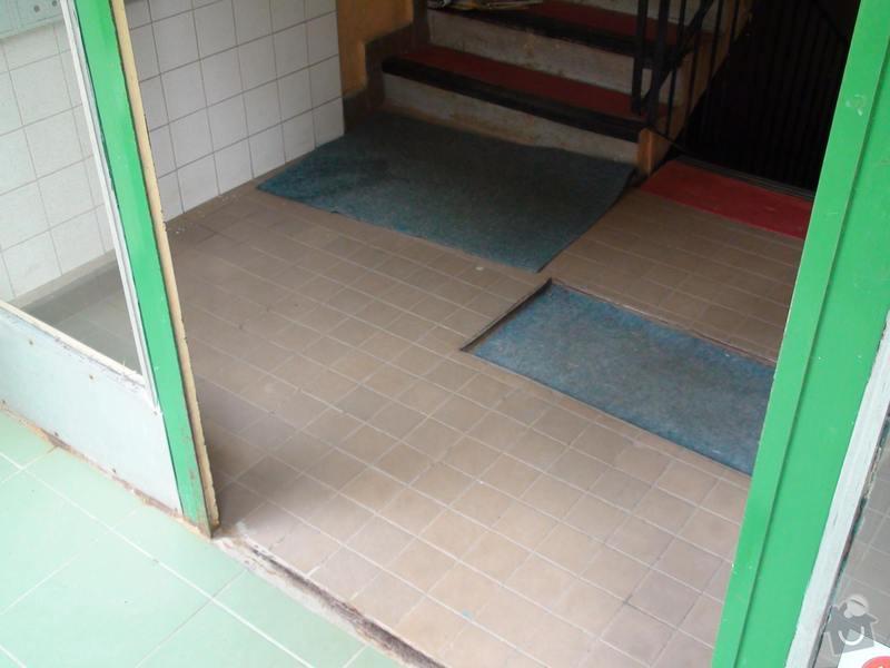 Výměna dlažby uvnitř dvou vchodů do panelového domu: vchod1-uvnitr