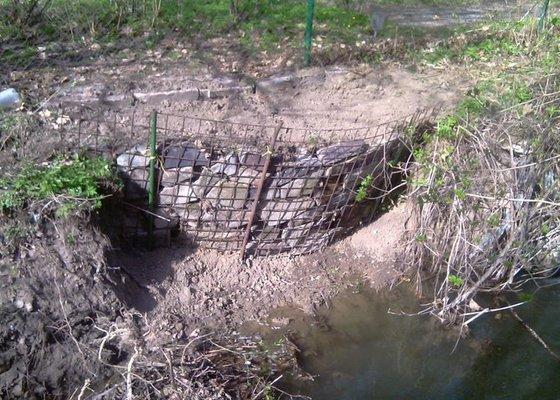 Oprava plotu (téměř) podemletého vodou (viz. foto)