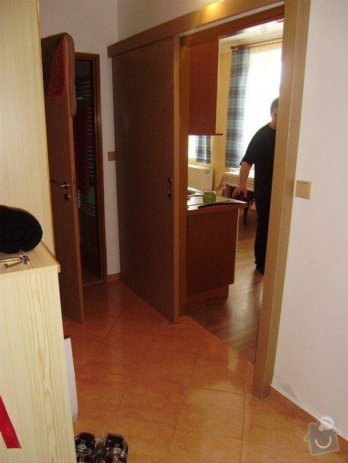 Rekonstrukce bytu 1+KK: chodba-brezen_2009