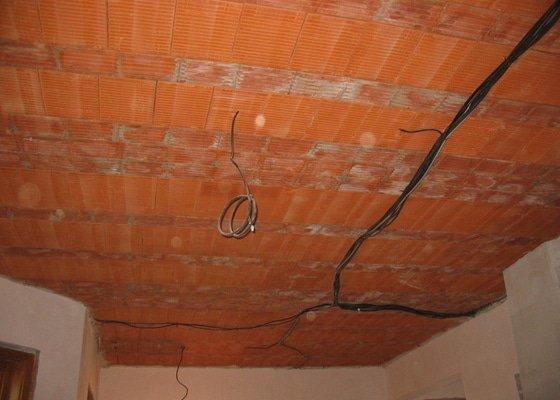 Dodávka a montáž stropního trámového obkladu do novostavby