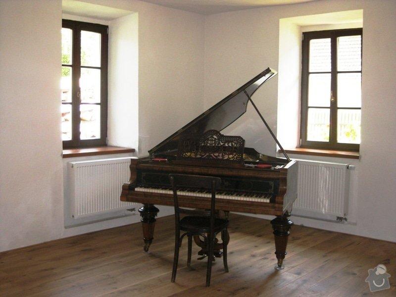 Dodávka a montáž dubové masivní podlahy do rekonstruovaného hostince U Fialů: klavir