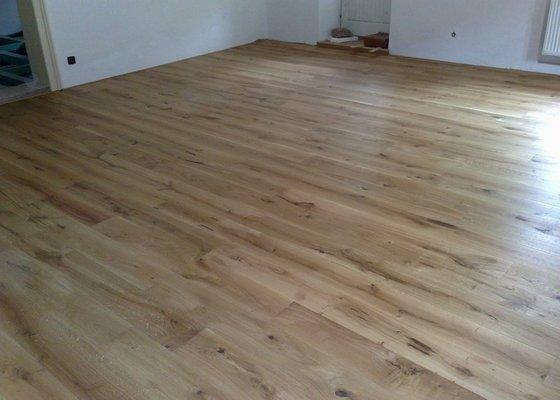 Dodávka a montáž dubové masivní podlahy do rekonstruovaného hostince U Fialů