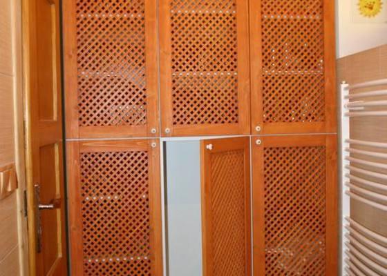 Výroba šatní dělené skříně do koupelny