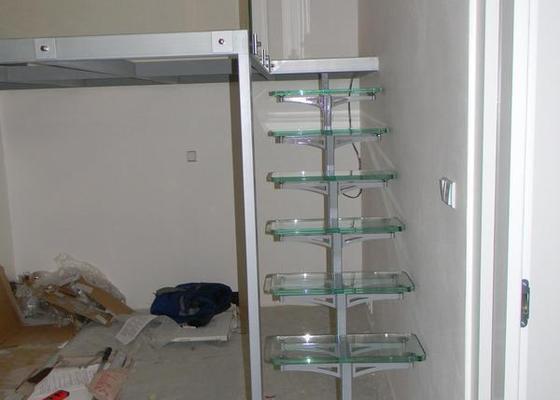 Zvýšené patro, schodiště se skleněnými stupni, skleněné zábradlí