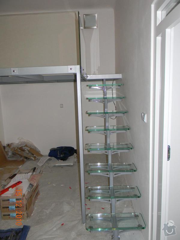Zvýšené patro, schodiště se skleněnými stupni, skleněné zábradlí: Schodiste_na_galerii