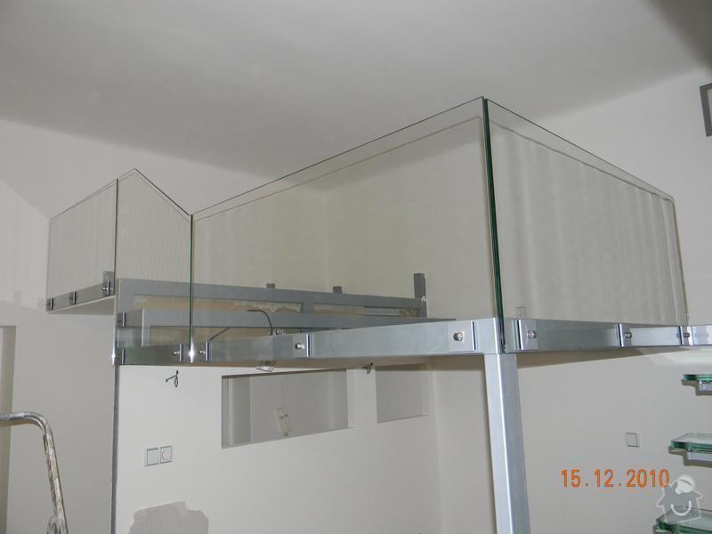 Zvýšené patro, schodiště se skleněnými stupni, skleněné zábradlí: Sklenene_zabradli_galerie