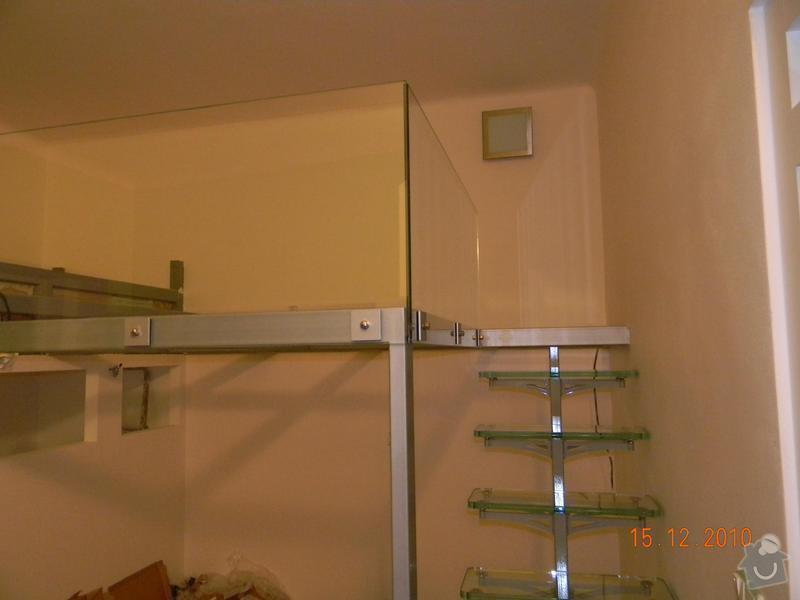 Zvýšené patro, schodiště se skleněnými stupni, skleněné zábradlí: Vystup_na_galerii