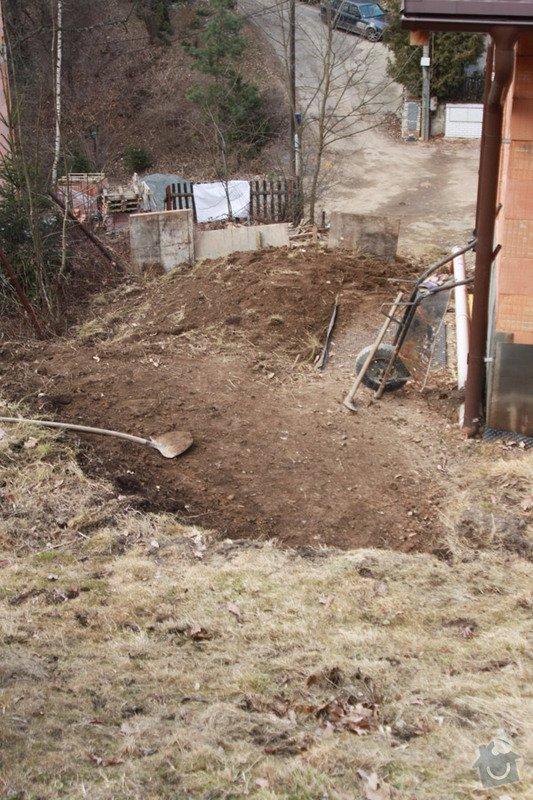 Terénní úpravy svažité zahrady, stavba opěrných zdí, plotu: kopani-zahrady