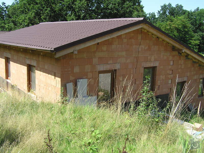 Terénní úpravy svažité zahrady, stavba opěrných zdí, plotu: P1010023