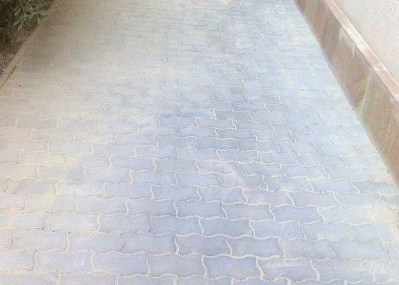 Oprava chodníku a soklu domu