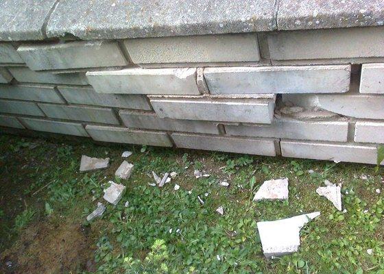 Oprava zděného plotu po havárii