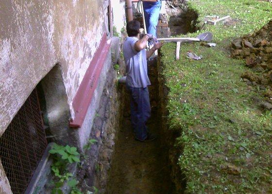 Izolace podurovni terénu domu v četně zbourání starého odpadu a zároven vybudování nového odpadu.