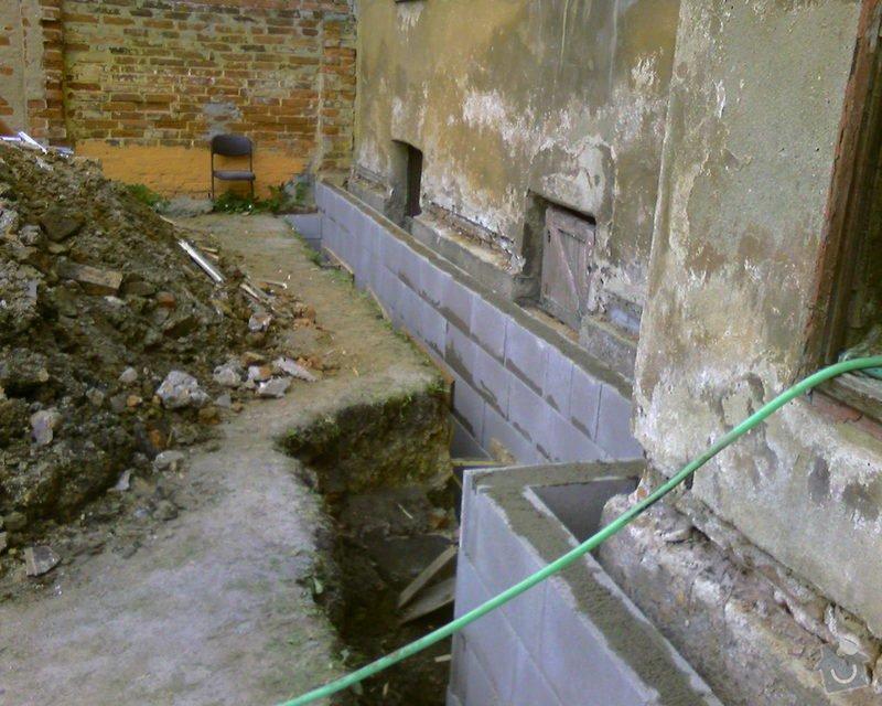 Izolace podurovni terénu domu v četně zbourání starého odpadu a zároven vybudování nového odpadu.: Foto-0084