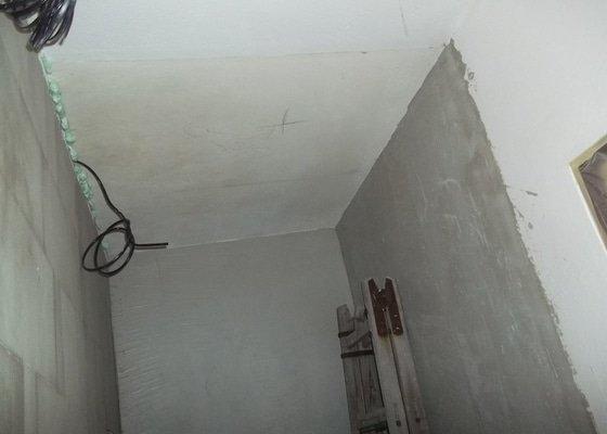 Snížené podhledy v koupelně a předsíni