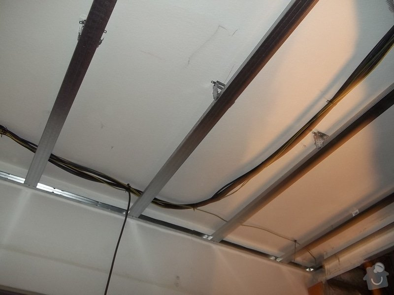 Snížené podhledy v koupelně a předsíni: 104_0267