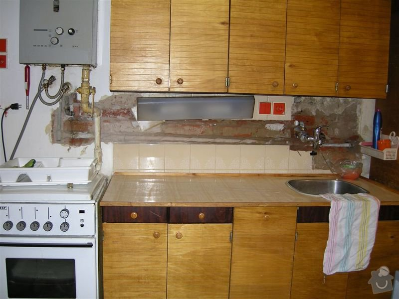 Oprava praskle vodovodni trubky ve zdi: KUCHYN_11
