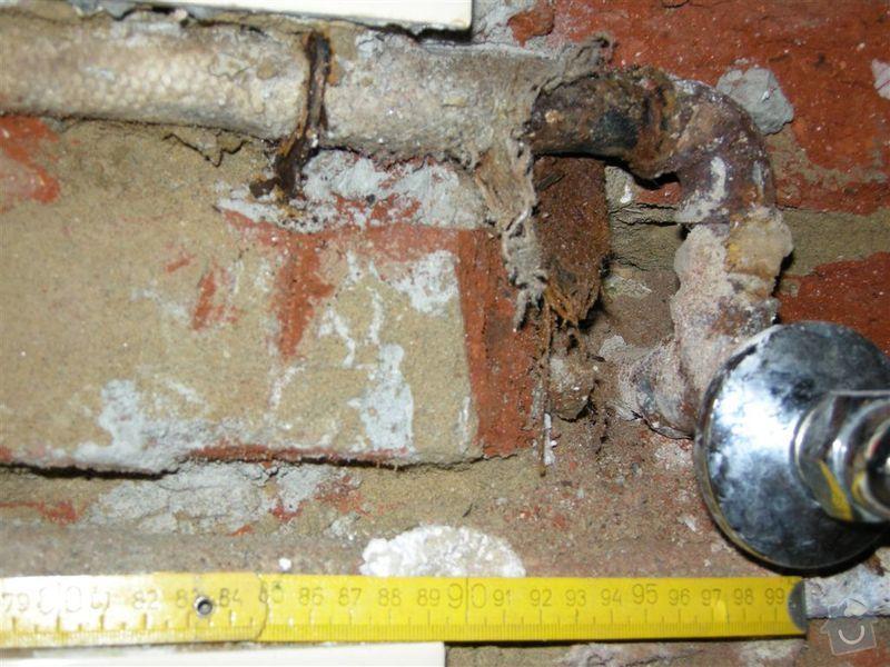 Oprava praskle vodovodni trubky ve zdi: KUCHYN_10