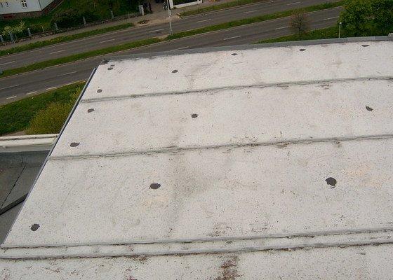Oprava drobných zatékání ploché střechy - panelový dům