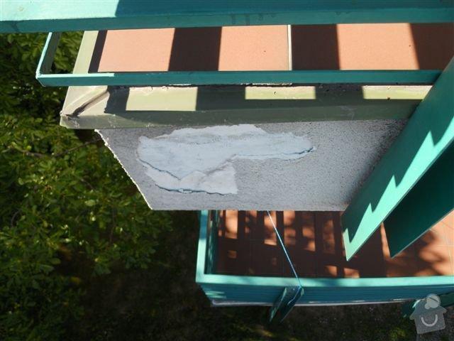 Kompl. rekonstrukce povrchu balkónu ca 8 m2, oprava nátěru kovového zábradlí: odpadava_omitka_balkonu