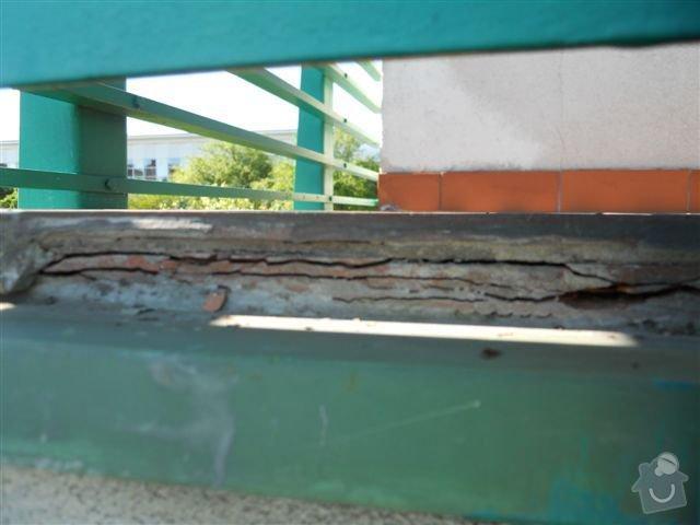 Kompl. rekonstrukce povrchu balkónu ca 8 m2, oprava nátěru kovového zábradlí: praskajici_spodni_dlazba_zap._okraj_-_detail