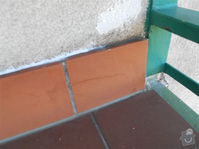 Kompl. rekonstrukce povrchu balkónu ca 8 m2, oprava nátěru kovového zábradlí: praskly_sokl_vychodni_okraj