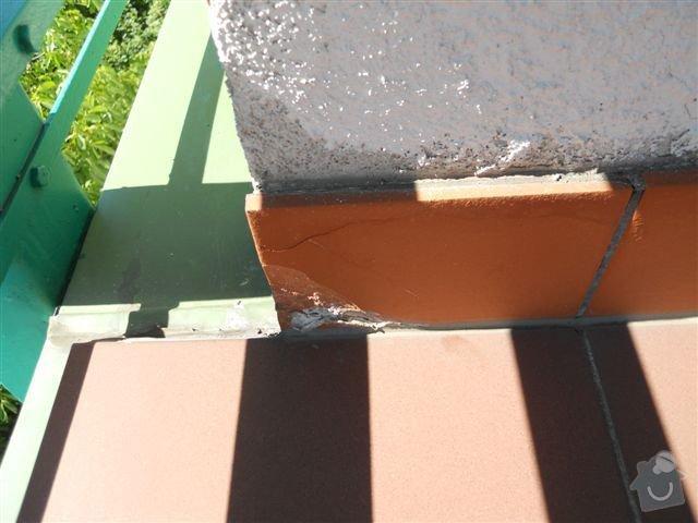 Kompl. rekonstrukce povrchu balkónu ca 8 m2, oprava nátěru kovového zábradlí: praskly_sokl_zapadni_okraj