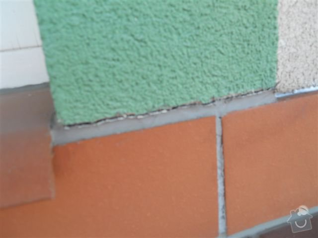 Kompl. rekonstrukce povrchu balkónu ca 8 m2, oprava nátěru kovového zábradlí: vysychajici_tmel_nad_soklem