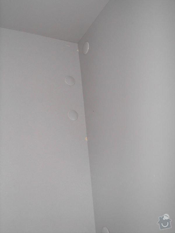 Montáž nábytku z Aska a zavěšení zrcadla z Ikey: Odreniny_a_skrabance_uvnitr_skrinky