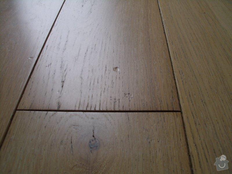 Montáž nábytku z Aska a zavěšení zrcadla z Ikey: Poskozena_podlaha_na_nekolika_mistech