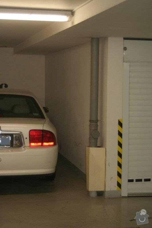 Garážová vrata v podzemní garáži: odpadova_roura