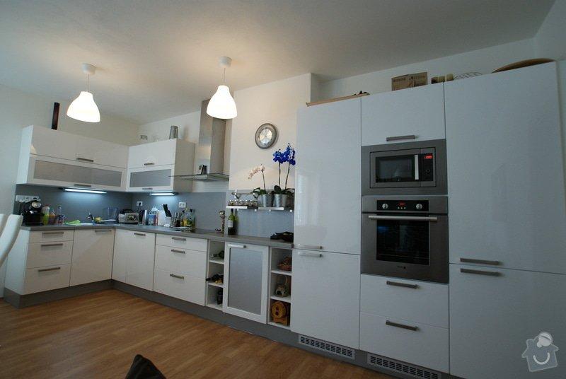 Kuchyňská linka, vestavěná skříň, konferenční stolek: DSC09668