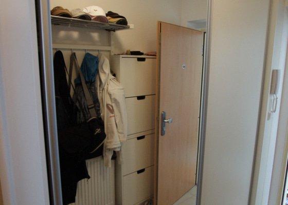 Kuchyňská linka, vestavěná skříň, konferenční stolek